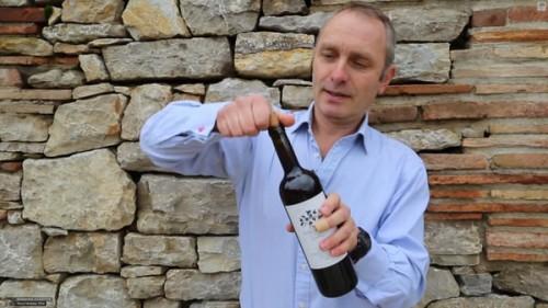 wine02 500x281 ワインオープナーがない時のコルクの開け方!意外と知らない缶切りで開ける方法