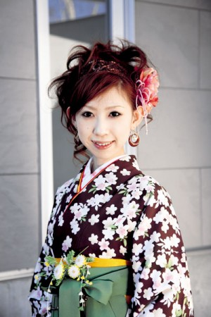 045 300x450 袴に似合う卒業式の髪型セミロング編|黒髪で清楚に決めるには?