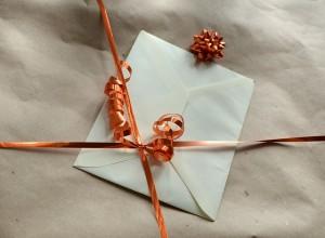 gift 493040 640 300x220 かわいい、簡単!バースデーカードの作り方と書き方|英語文例も紹介
