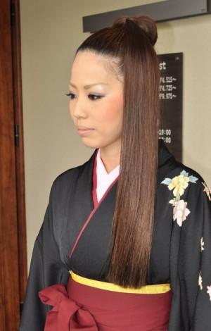 image001 300x470 袴に似合う卒業式の髪型セミロング編|黒髪で清楚に決めるには?