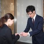 名刺の渡し方手順やマナー|複数いる場合や名刺入れがない場合は?