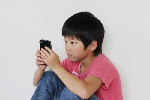 baf59dacaf2c90b9482cd62b75958def s 500x333 スマホの影響で子供の視力が危ない!平均使用時間と目への影響とは?