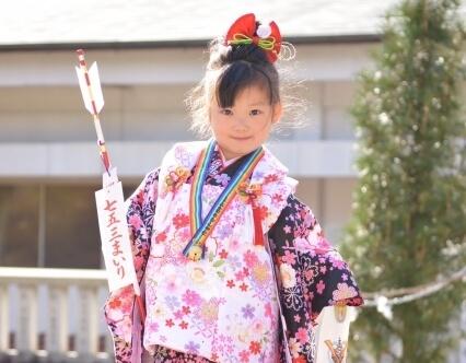 91a44ce7c698339eccbb40ea6f4c9a87 s 1 【七五三の服装】7歳の女の子に人気の袴と着物まとめ/洋服でもOK?