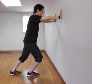kabeoshi 300x276 膝の痛みや股関節痛でしゃがめない!自宅で簡単に改善する3つの方法