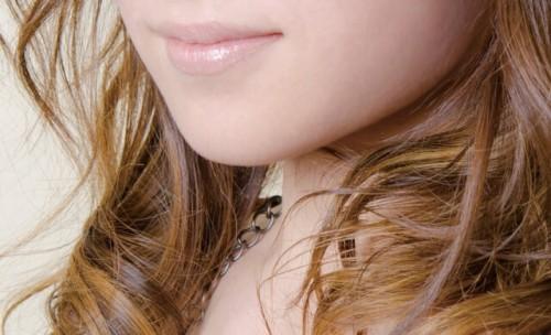 78092d2658181f8ee80ac606abbe2fc9 s 1 500x304 唇がカサカサヒリヒリ痛い!リップを付けても治らない時の原因と対処法