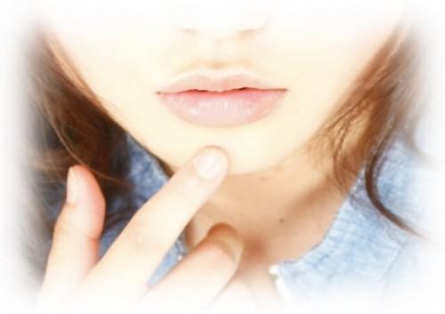 daaba208157e2a0cc0ae8611a6424726 s 1 500x353 唇がカサカサヒリヒリ痛い!リップを付けても治らない時の原因と対処法