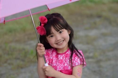751e1a41639101a918c8924537f09e54 s 1 500x332 安全でおしゃれなレイングッズ【キッズ編】傘をさすのは何歳から?