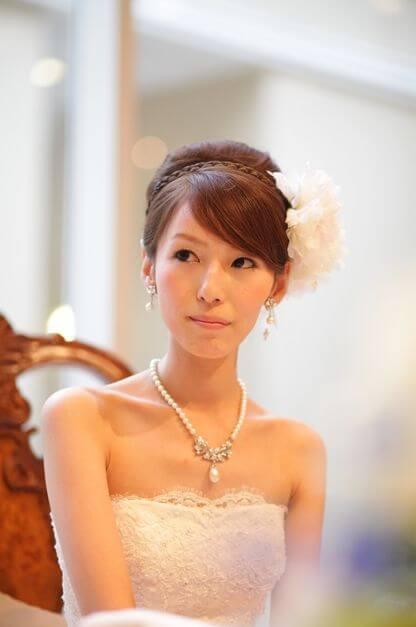 WS000000 1 ウェディングドレスに合う髪型7選|小顔に見せるテクニックとは?
