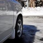 スタッドレスタイヤの価格相場|ノーマルタイヤとの違いと夏場装着する際の注意点