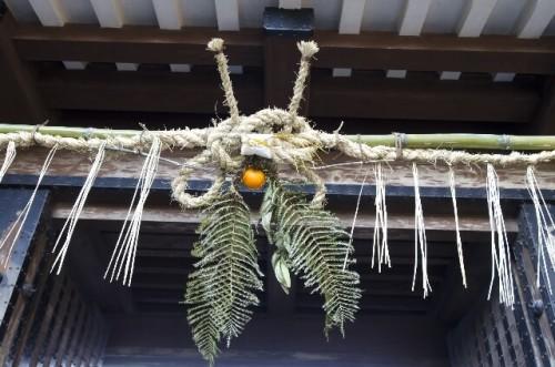 215 500x331 【しめ縄】お正月玄関に飾る意味と正しい飾り方|向きや方角は?